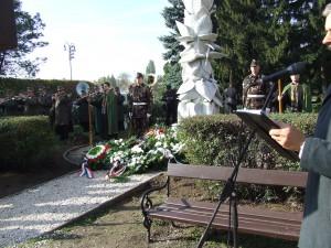 A megyei szövetség kokárdát mintázó koszorúja az emlékmű előtt.